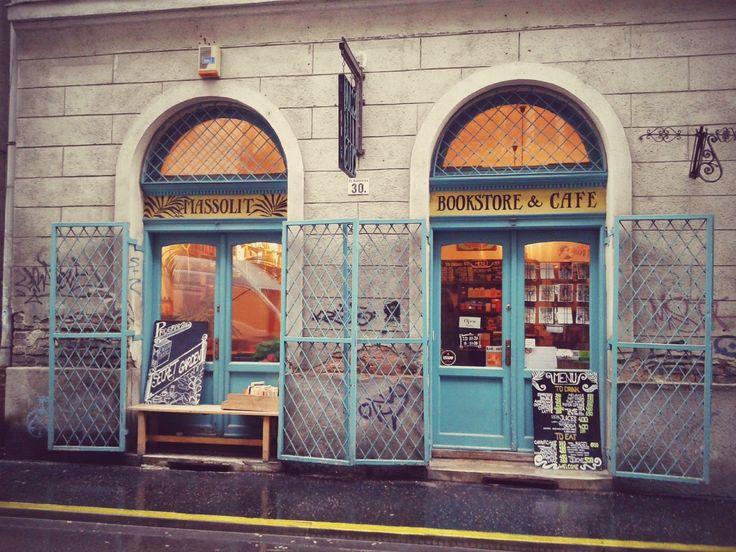 Összeszedtem Budapest néhány olyan kávézóját, ahol különösen jó érzés egy (két-három-négy) csészényi fekete mellett néhány emelkedett írott gondolatot is magunkba dönteni.♥♥♥A szó elszáll, az írás megmarad. Sokáig temették az irodalmat, mondván, hogy a…