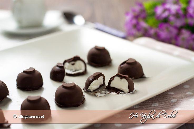 Bon bon gelato tipo bomboniera Algida, gelato alla panna ricoperto con cioccolato. Facili e veloci da preparare e senza gelatiera. Andranno a ruba.