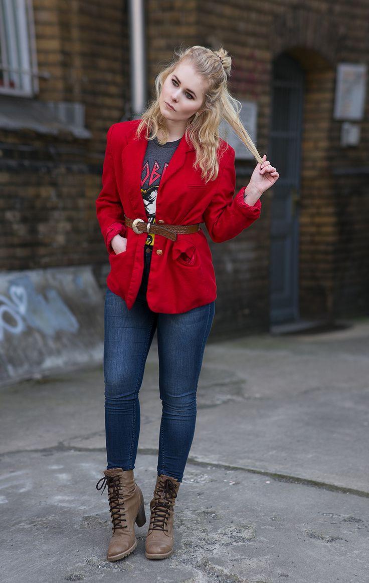 Outfit Inspiration - Roter Blazer, High Waist Jeans, Schnürboots und cooles Motivshirt - Entdecke jetz den ganzen und noch weitere Looks auf CHRISTINA KEY - dem Mode, Fotografie, Blogger Tipps und Rezepte Blog aus Berlin