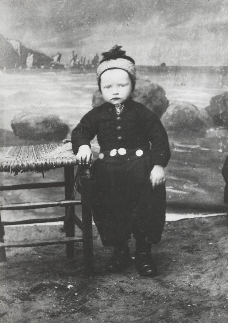 22-12-11  Jongetje in Urker streekdracht. ca. 1900 in the Netherlands.