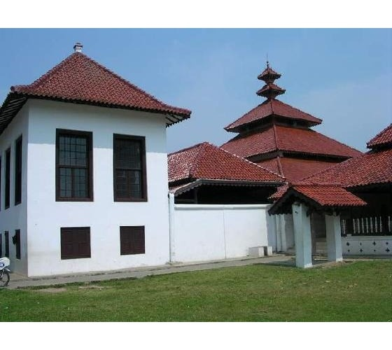 Banten Lama Grand Mosque west of Jakarta, built in 1566 by Sultan Maulana Yusuf, shows a mix of Hindu, Chinese, and Islamic influences. Unique characteristics include five-tiered roof made from teak-wood, and eight-sided minaret built in 1590, which once also served as a lighthouse. The minaret was designed by Hendrik Lucas Cardeel, a Dutch deserter who converted to Islam.  www.londoh.com