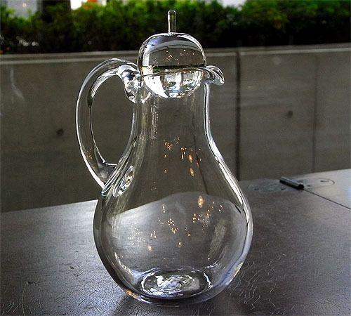 リンゴの栓がついたガラス製のピッチャーがかわいい。人気硝子作家の河上智美さんの素敵な作品。