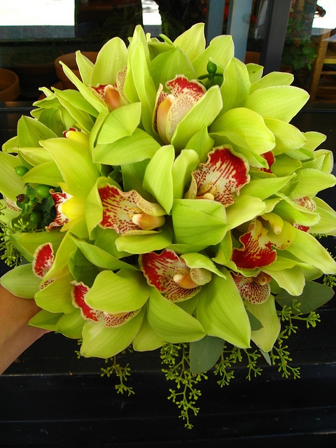 Круглые букет из орхидеи цимбидиум, стол молодоженов