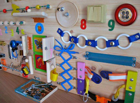 Ein beschäftigt Board für Kinder von 1-3 Jahren. Größe: 40 x 80 cm (16 x 32 Zoll). Gewicht ca. 4 kg. Alle Artikel sind sicher befestigt. Für die Sicherheit Ihres Kindes muss die Aufsicht von Erwachsenen. Dieses Spielzeug hilft Selbsthilfe Fähigkeiten zu entwickeln. Hier finden Sie die Elemente, die die Aufmerksamkeit des Kindes zu gewinnen: ein Haus mit verschiedenen Befestigungen und Bilder Ausschneiden aus Stoff, Lichtschalter, rote Lampe (Batterien nicht enthalten), Rad, drehen mit Knopf…