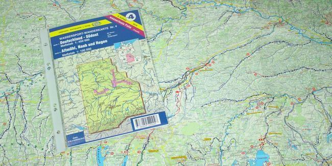 Wassersport-Wanderkarte WW4 - Deutschland Südost - mit Altmühl, Naab und Regen. Die Vorderseite der Wasserwanderkarte bietet eine Planungsübersicht aller Gewässer, die für Kanuten und Ruderer befahrbar sind, einschließlich Hinweisen zu Wasserständen, Wehranlagen / Schleusen, Wildwasser-Schwierigkeitsstufen, Campingplätzen, Kanu- und Rudervereinen, Gewässersperrungen, Fluß-Kilometer. Die zweite Kartenseite beinhaltet lange Streifenkarten einschließlich Kartenskizzen aller Wehranlagen von…