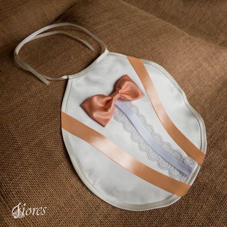Aj ženích môže mať štýlový svadobný podbradník, tento model je svieži, štýlový, moderný a zároveň elegantný.