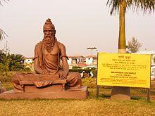 Sushruta — Wikipédia. Sushruta (en sanskrit : सुश्रुत (Suśruta)) est un chirurgien de l'Inde ancienne, un des auteurs du traité de chirurgie Sushruta Samhita (en sanskrit : सुश्रुतसंहिता / Suśruta Samhita), traité collectif parmi les textes fondateurs de la médecine ayurvédique, dans lequel la chirurgie humaine est classée en 8 catégories et où sont décrits plus de 300 procédures et 120 instruments chirurgicaux. On ne connaît pas avec certitude sa date de naissance et de décès, et de plus…