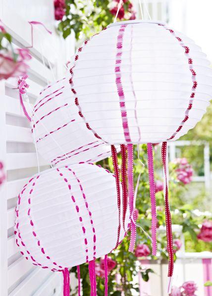 Solarhängeleuchten von Ikea, verziert mit bunten Bändern. Mit Cutter kleine Schlitze einschneiden und Geschenkbänder durchfädeln > livingathome.de