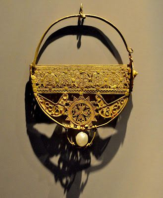 An ancient Egyptian jewelery like this delicate 5-7th century earring in gold filigree with a single pearl
