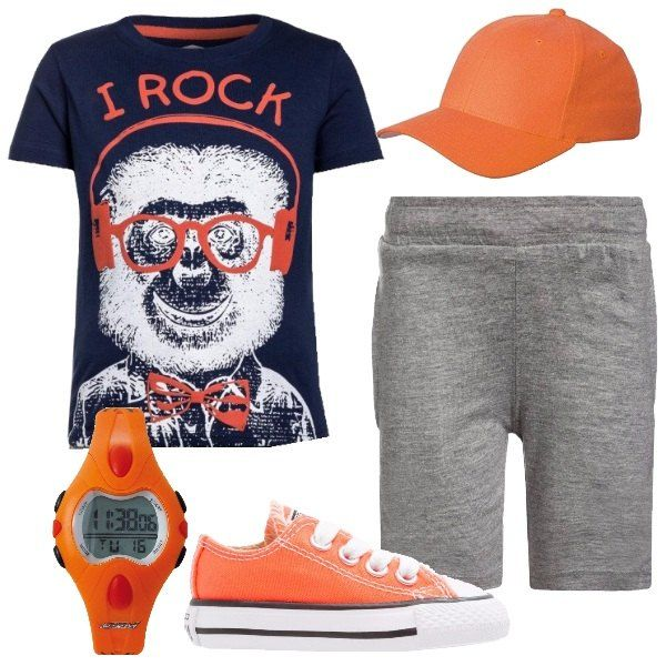 Total look comodo e fresco per bambino composto da un set di pantaloncini grigi e t-shirt blu scuro con stampa in cotone. Per completare l'outfit abbiamo un paio di converse, un berretto con visiera e un orologio digitale in arancione.