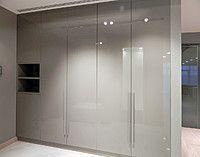 Встроенный распашной шкаф в прихожей, МДФ покраска - серый глянец, с открытой…