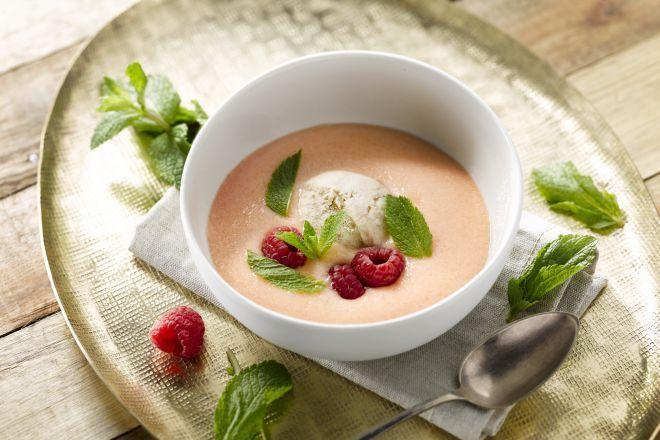 Als kind heb ik in de Provence eens een heerlijk soepje gegeten van cavaillon meloenen met rood fruit en speculaas-ijs. Wat een heerlijke combo was dat! Ik heb een zwak voor fruitpap, smoothies en dus ook voor fruitsoep. In de Scandinavische en Oost-Europese keuken staat regelmatig fruitsoep op het menu, gemaakt van vers of gedroogd fruit en verrijkt met zuivelproducten. Je vraagt je misschien af: wat is het verschil met een klassieke smoothie?