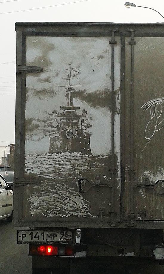 Alquien convirtió la suciedad en arte sobre el portón trasero de un camión mugriento