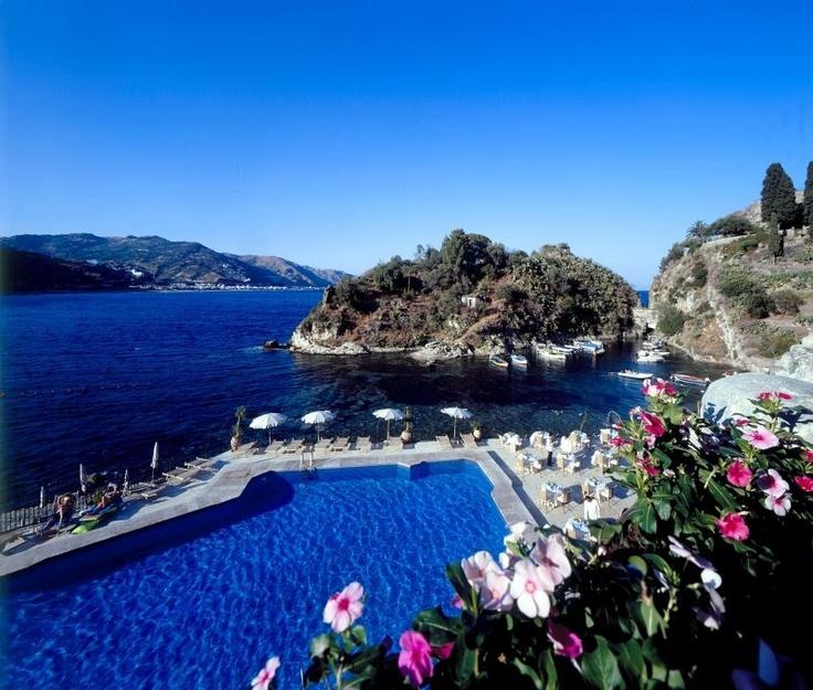 """Das luxuriöse Grandhotel """"Atlantis Bay"""" liegt wunderschön an der Bucht Baia delle Sirene direkt am Strand."""