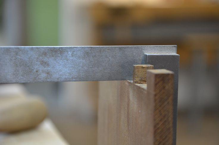 For å avrette linjene på hver side av stykket bruker vi en liten maskinvinkel. Det er avgjørende at linjene på hver side er på samme nivå for at det skal bli tett.