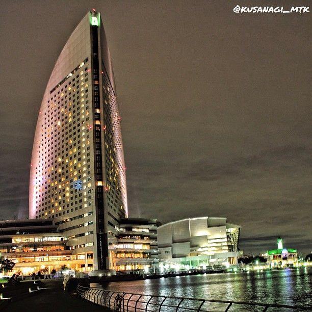 """@kusanagi_mtk's photo: """". このくらい近づくと、ぷかり桟橋もわかるかな? . #ひとり横浜祭り  #夜景ら部"""""""