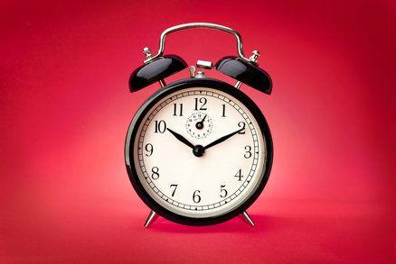 Z toho, že datum narození ovlivňuje lidský osud, vychází astrologie. Lidskou povahu ovšem ovlivňuje i doba, kdy jsme přišli na svět. Vykouknout časně ráno je prostě jiné než dorazit na svět ke svačině.