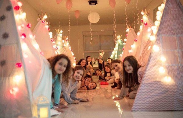 A Beatriz teve um aniversário que é o sonho de muitas meninas! A mãe liberou a sala, retirou todos os móveis e organizou uma divertida festa do pijama, com