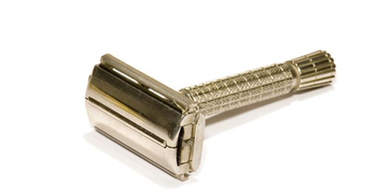 """Como reconhecer um barbeador Gillete antigo . Em 1895, o vendedor ambulante Rei C. Gillette imaginou uma navalha com uma lâmina substituível. Em 1901, ele se uniu ao pós-graduado pelo MIT William Nickerson, para formar a """"American Safety Razor Company"""". Em três anos, a dupla renomeou a empresa para Gillette e a primeira navalha foi vendida ao público. Colecionadores podem encontrar navalhas ..."""