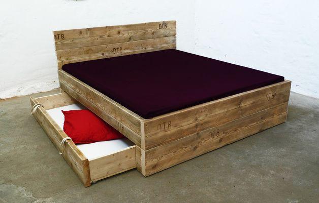 Design Bett aus Bauholz mit Bettkasten // design bed by Up-cycle! via DaWanda.com