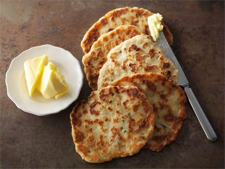 Pannuleipiä ei tarvitse odottaa kauaa, sillä niitä ei tarvitse kohottaa. Erityisen nopeasti ne paistuvat isolla muurinpohjapannulla, jolloin kerralla valmistuu useampi leipä. Parhaimmillaan ne ovat heti valmistamisen jälkeen!