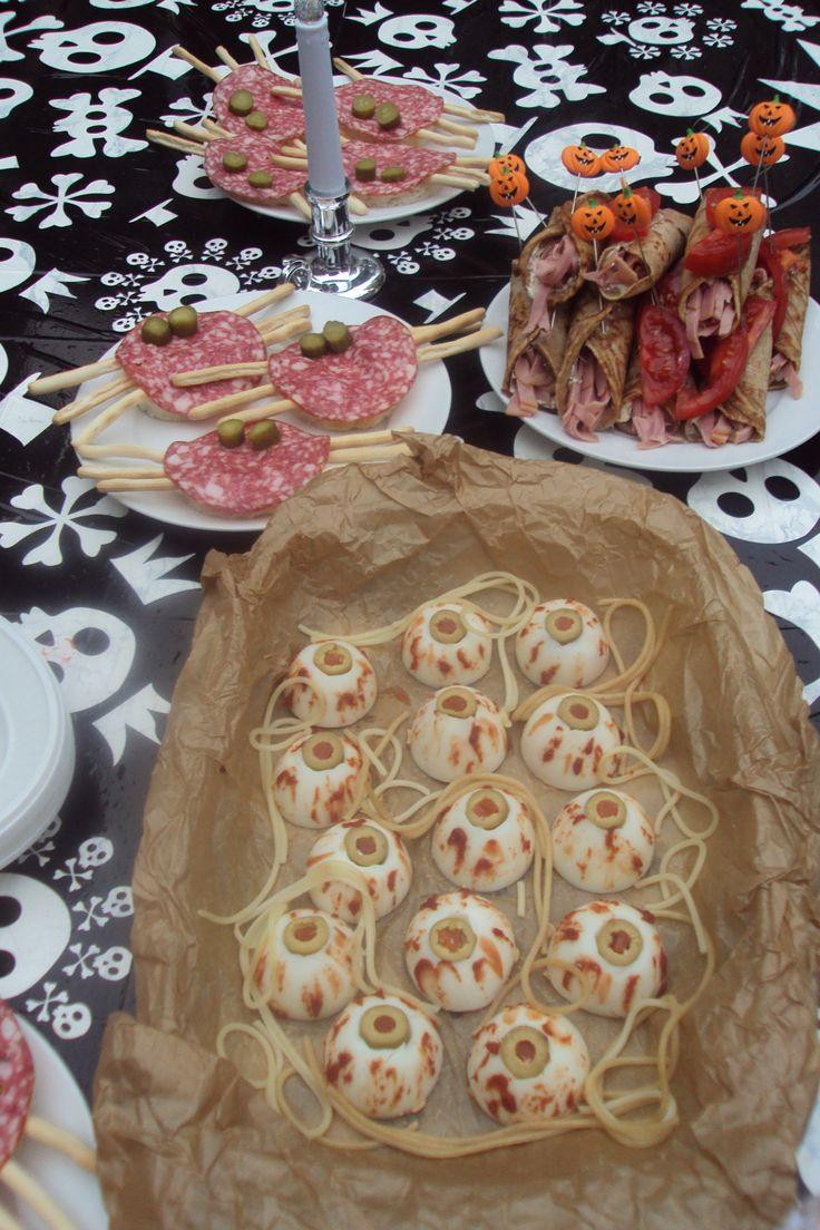 Halloween feestje bij oma. Met o.a. cervelaat-torren, worst-mummies en eier-oogballen.