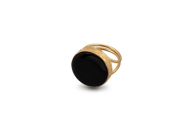 Δαχτυλίδι από επιχρυσωμένο μπρούντζο και ημιπολύτιμη μαύρη πέτρα.
