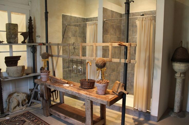 Au château de chambiers, les salles de bain de ressemblent pas aux autres.... Ici, la salle de bain du Chêne, la partie couchage additionnable à l'Orangerie.