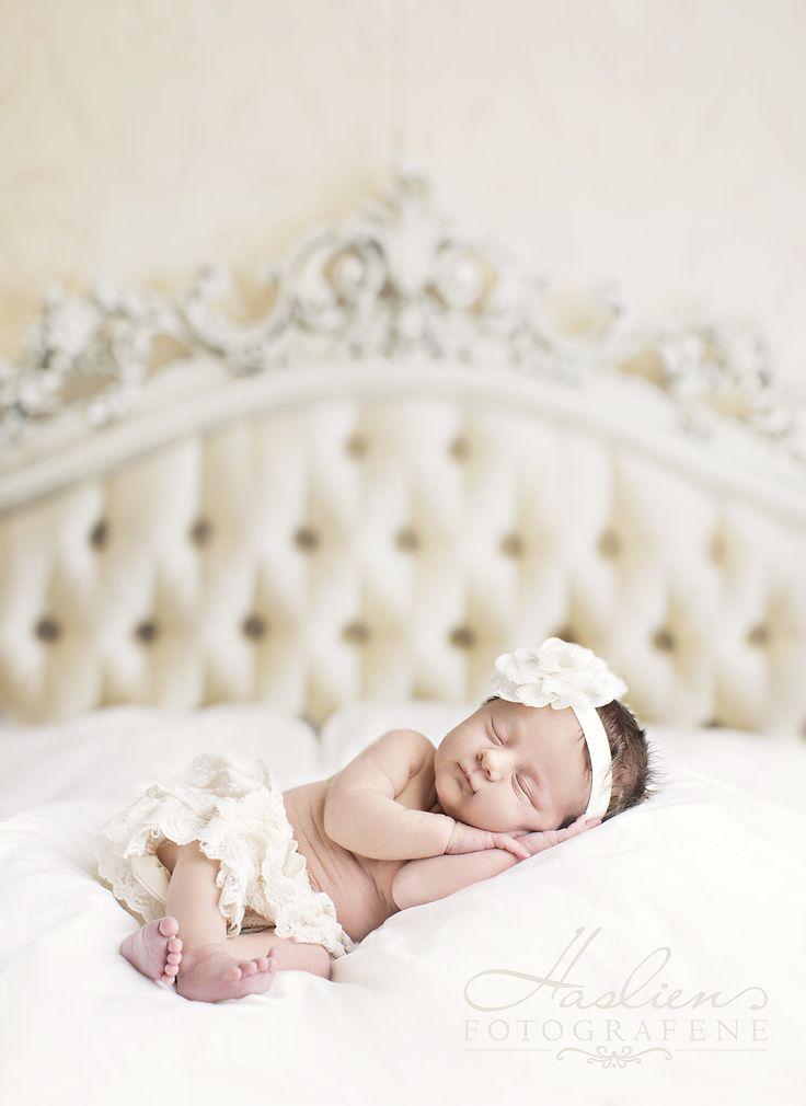 Newborn Photo. I mai fikk vi besøk av denne nyfødte jenta i vårt fotostudio i Sarpsborg.