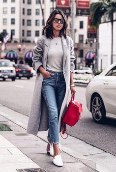 Conjunto abrigo gris, jersey gris, pantalones tejanos, zapatillas blancas y bolso rojo #misconjuntos #conjuntosmoda #modafemenina #fashion #style #looks
