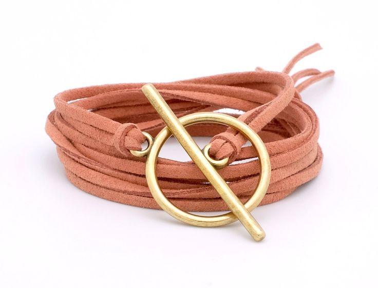 Epuré et graphique ce bracelet met en avant son fermoir taille XXL.Composé de cordons de suédine etd'un fermoir toggle en Zamak, il pourra se décliner aux coul
