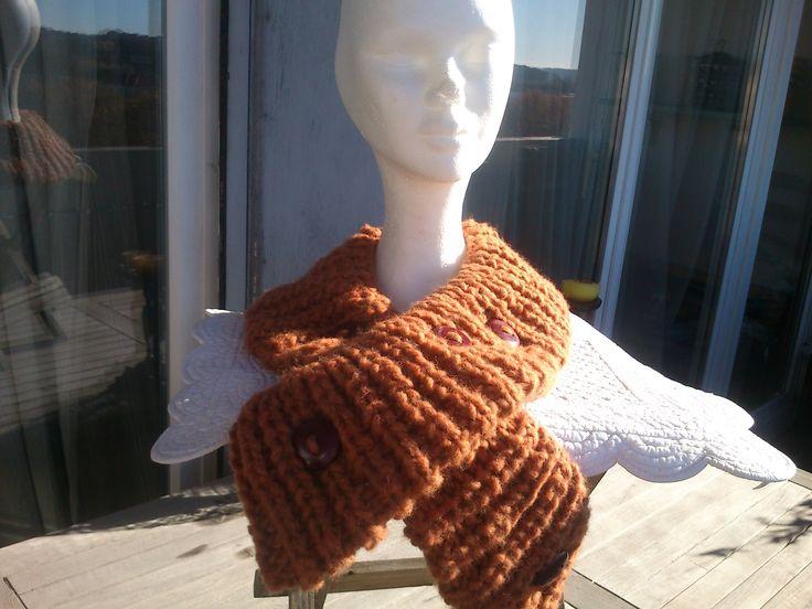 Echarpe femme tricotée à la mains,couleur cuivre,elle est croisée avec 4 boutons assortis assez gros : Echarpe, foulard, cravate par creakriss