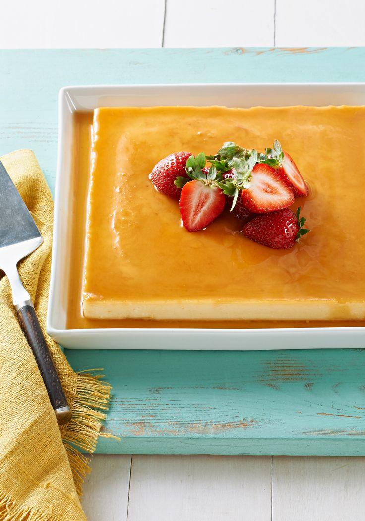 Cremoso flan de coco- La leche de coco y el queso crema le da el riquísimo sabor y textura. Adórnalo con fresas jugosas y prepárate para recibir halagos.