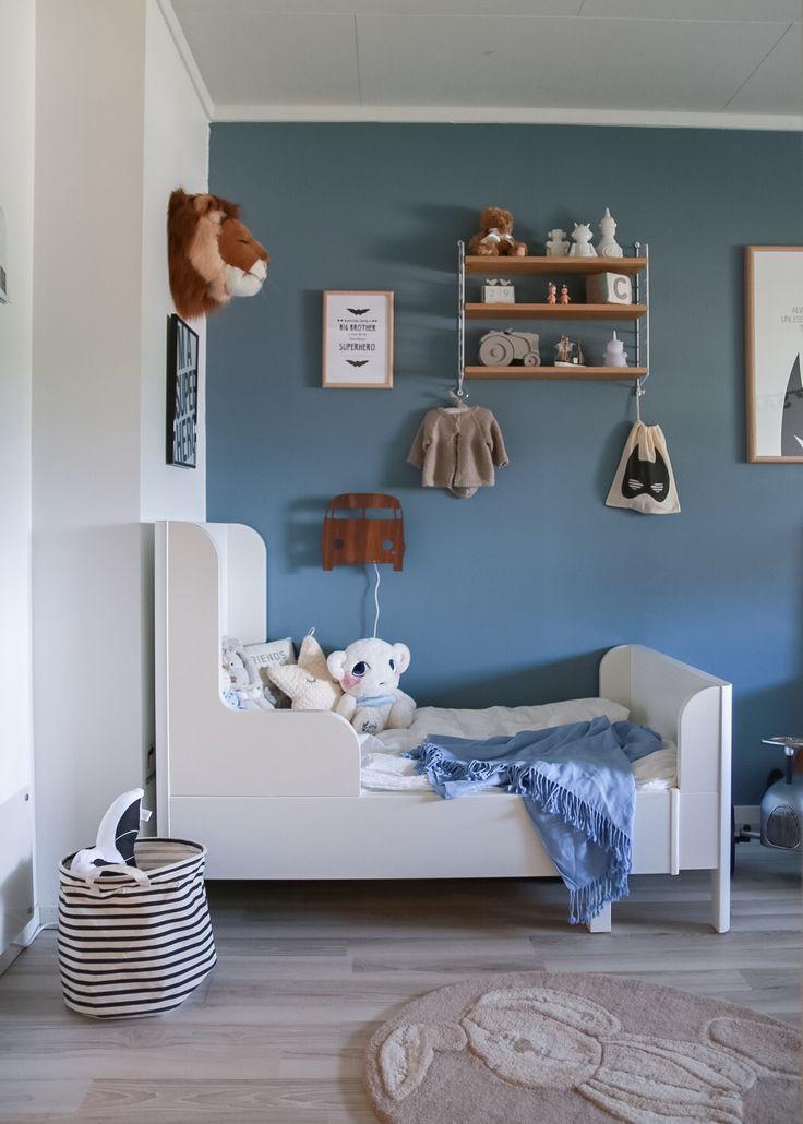 www.hvitelinjer.no / IG: @hvitelinjer    #interior #interiør #barnerom #kidsroom #gutterom #boysroom #blueroom #stringfurniture #string #desenio #batman #posters #ellevillemini #lillefin #illums #illumsbolighus #glimredesign #fermliving #ferm living #ikea #ohhnoo #bolia #mamasandpapas mamas and papas