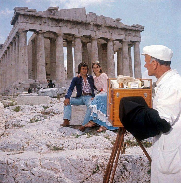 1975 ~ Πλανώδιος φωτογράφος στην Ακρόπολη φωτογραφίζει τον Albano Carrisi  και τη Romina Power. Φωτογραφία του Egizio Fabbrici