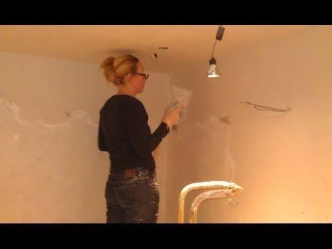 Mijn vrouw bouwt onze badkamer - Van slopen tot tegelen - YouTube