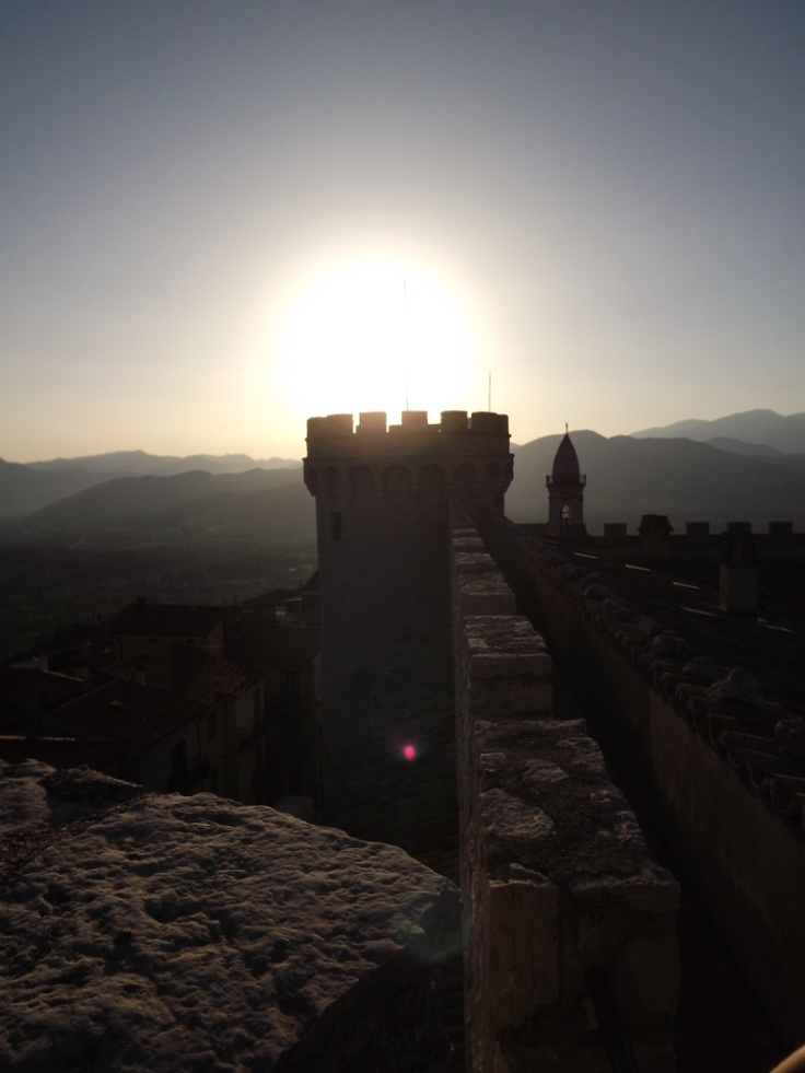 Monteroduni - Il tramonto dall'alto delle torri del castello. 41°31′00″N 14°10′00″E