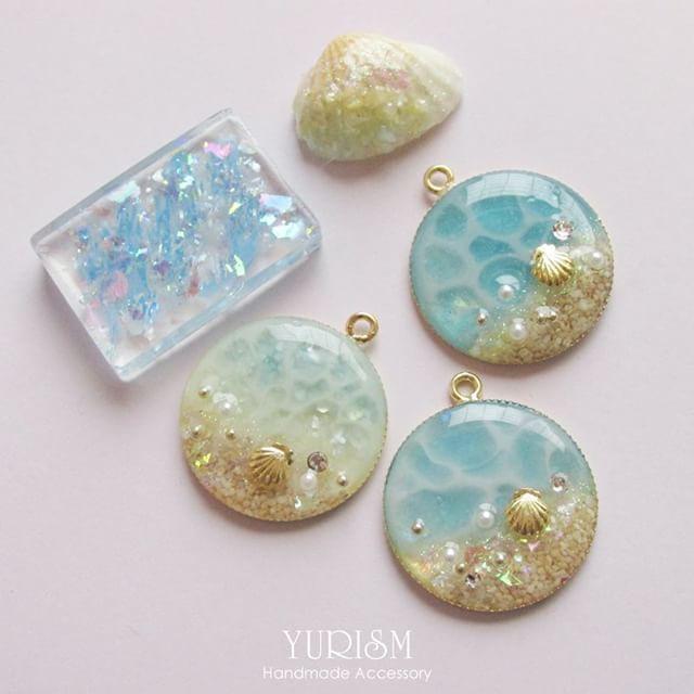 海もの集合~♡ 海アートのは本物の海砂を使用してます。 海砂やっと使える時がキタ!!(笑) みんなネックレスになる子たちです♡ バッグチャームにもいいかな? #yurism ...