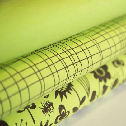 Puutarhahommia-, Risuaita ja yksivärinen keväänvihreä luomujersey / Garden works, Criss cross and solid single jersey in spring green / Käpynen