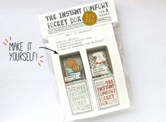 Eine neue DIY-Kit mit einem freundlichen Hund und dankbar Blumen.  Machen Sie die Instant Komfort-Pocket-Box selbst mit diesem super einfach DIY-Kit. Freuen Sie sich auf Material und Anleitungen für zwei Boxen:  -Danke 1 Million! (Sonnenblumen) -Du siehst heute wunderbar (Hund)  Aus und gedruckt auf FSC-Papier und biologisch abbaubaren Kunststoff (Tasche)  WICHTIGE HINWEISE: ----> Möchten Sie mir Ihre Bestellung Giftwrapped Schiff und/oder mit einer kleinen Notiz an jemand anderen, denken…