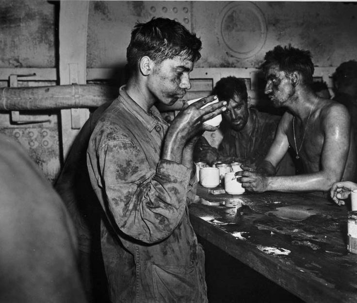 Fucileros tomando café después de dos días de combates en Atolón Enewetak en las Islas Marshall – 1944. (Edward Steichen/George Eastman House/Getty Images)
