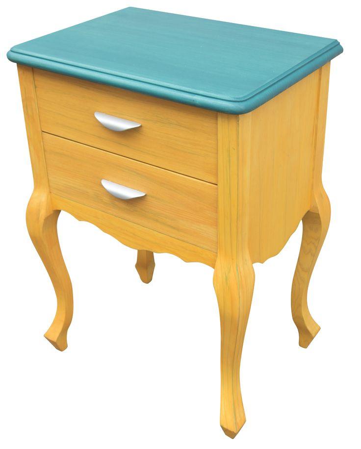 Mesilla pintada a mano, en color amarillo anaranjado y verde azulado,puede ser tuya por menos de lo que piensas.