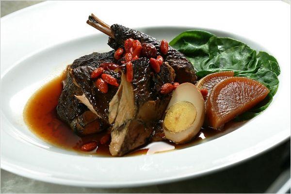 Чернокожая курица — давний азиатский деликатес. Это фото курицы, приготовленной в темном соевом соусе.http://www.nytimes.com/2007/01/17/dining/172brex.htmlрецепт на английском