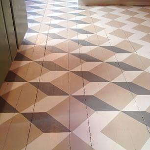 Instagram photo by byggfabriken - Ett varsamt och omsorgsfullt målat golv växer fram i vår butik på Söder! Personalen låter hälsa att man är välkommen in i rummet om man är intresserad av att titta! Med torkmedel i färgen så torkar det på ca 12 timmar. Denna vecka kommer första halvan av golvet att bli klar, sedan har vi andra halvan som man kan komma och se ta form! #byggfabriken #byggnadsvård #linoljefärg