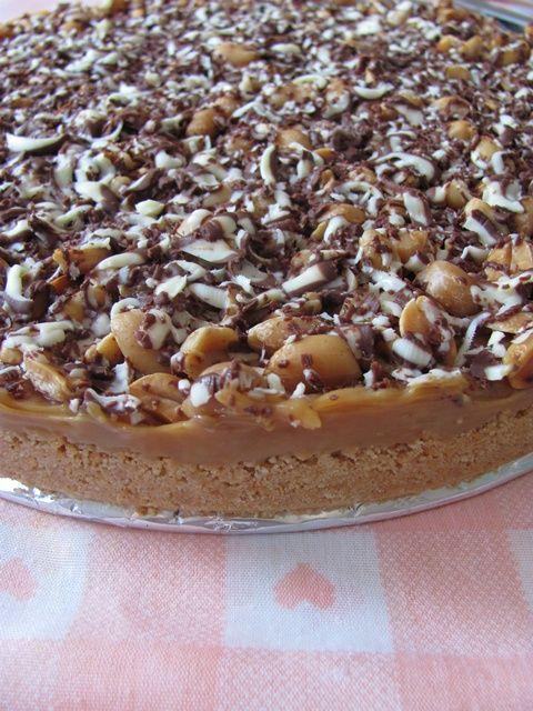 Snickers sjokolade, eller snickers is for den del er en av mine sjokoladefavoritter. Snickers kake er en himmelsk kake som har blitt inspirert av sjokoladen. Deilige lag av kjeks, karamell, peanøtter og sjokolade. Kaken må være verdens enkleste å sette…