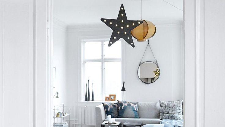 Une étoile lumineuse pendue au plafond du salon