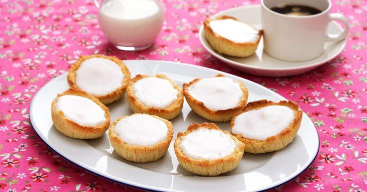 Mazariner är populära kondiskakor med fyllning av mandel som du enkelt gör själv. En mazarin är oemotståndlig till kaffet.