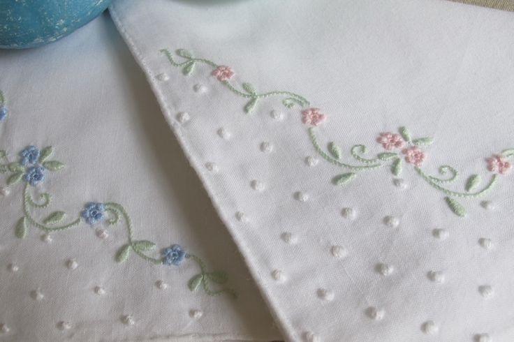 Cotton handkerchief embroidered with viúvas, garanitos, bastidos and corda stitch.