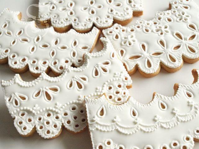 Royal icing eyelet lace cookies. Tutorial: https://www.sweetambs.com/tutorial/eyelet-lace/