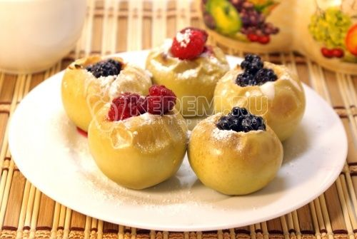Яблоки, запеченные с медом и ягодами